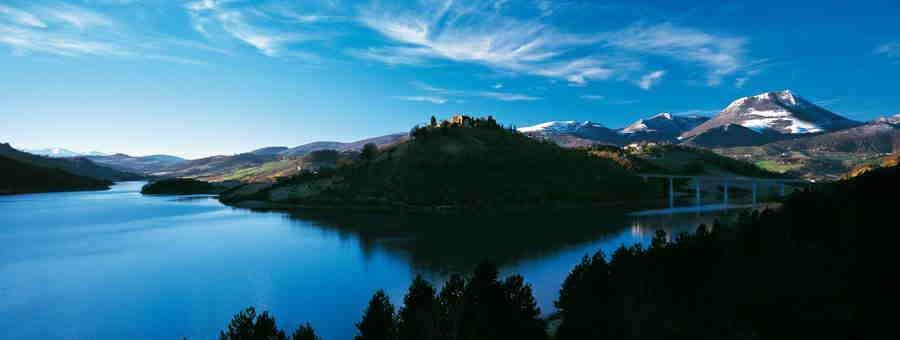Il lago di Cingoli con la vetta innevata del Monte San Vicino sullo sfondo