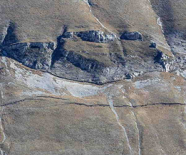 Un dettaglio della nuova frattura che si è creata sul monte Vettore