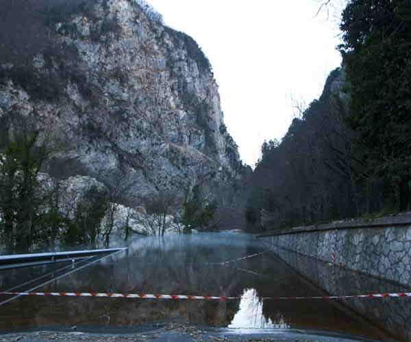 Strada chiusa per lago